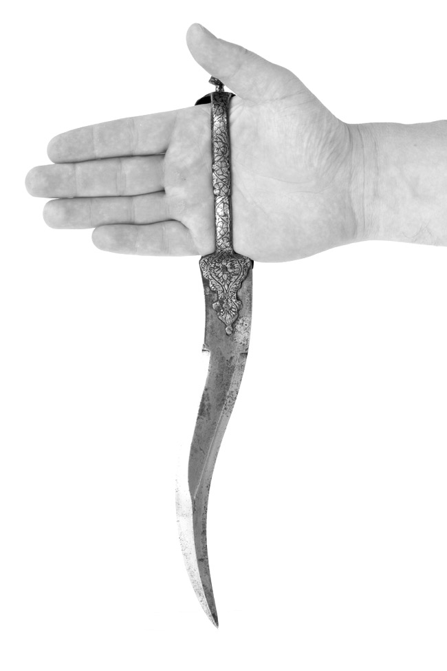 Correct gripping of an Indian bichwa dagger